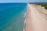 Παραλία Κάτω Σαμικού - Γαλαζοπράσινα νερά και μια αμμουδιά που δεν τελειώνει ποτέ (video)