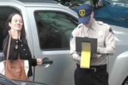 Ο Adam Levine ντύνεται τροχονόμος και... γράφει ανυποψίαστους οδηγούς (video)