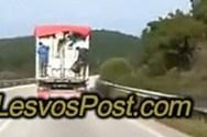 Μετανάστες «ξεπηδούν» από εν κινήσει φορτηγό (video)