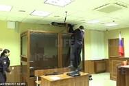 Άνδρας προσπάθησε να αποδράσει από το ταβάνι δικαστηρίου (video)