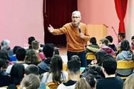 """Ο Άγγελος Τσιγκρής """"ανακρίνεται"""" από τους μαθητές του 1ου Γυμνασίου Αιγίου!"""