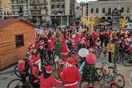 Οι Αϊ-Βασίληδες έφτασαν με τα ποδήλατά τους στο χριστουγεννιάτικο χωριό της Πάτρας