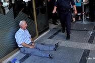 Εconomist - Το κλάμα Έλληνα συνταξιούχου έξω από τράπεζα ανάμεσα στις φωτογραφίες της δεκαετίας