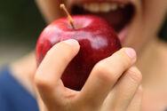 Μήλο με άδειο στομάχι: Τα οφέλη για την υγεία και τη σιλουέτα (video)