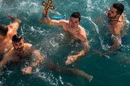 Καρέ - καρέ η στιγμή που ο 19χρονος πιάνει τον Τίμιο Σταυρό στην Πάτρα (φωτo)