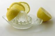 Ο λόγος που είναι καλό να βάζεις χυμό λεμονιού στο πλυντήριο των ρούχων