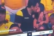Τον έπιασε η κάμερα να φιλάει τη συνοδό του στο γήπεδο (video)
