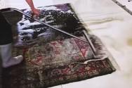 Ειδικοί καθαρίζουν τα πιο βρώμικα χαλιά στον κόσμο (video)