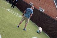 Αγγλία - Κορωνοϊός: Πατέρας μετέτρεψε τον κήπο σε γήπεδο ποδοσφαίρου για τον γιο του