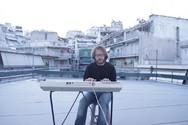 Πατρινός παίζει μουσική σε ένα μπαλκόνι της Αθήνας, έτσι για την... καραντίνα (video)