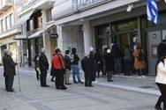 Κοροναϊός: Ουρές έξω από τις τράπεζες παρά τις οδηγίες αποφυγής συνωστισμού