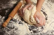 Κορωνοϊός - Γιατί όλοι ξαφνικά ζυμώνουν ψωμί στο σπίτι τους