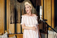 Katy Perry - Γυμνή κάτω από έναν καταρράκτη (video)