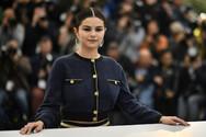 Η Selena Gomez ενθαρρύνει απόφοιτους από οικογένειες μεταναστών