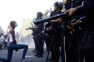 Διαδηλωτές γονατίζουν μπροστά στους αστυνομικούς για τη δολοφονία του Φλόιντ