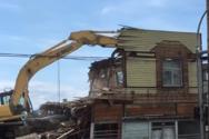 Περαστικός περνάει ξυστά από κατεδάφιση κτιρίου (video)