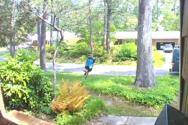 Όταν ο κούριερ που φέρνει το δέμα σου έχει τρέλα με τη γυμναστική (video)