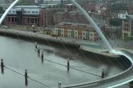 Η εντυπωσιακή πεζογέφυρα που παίρνει κλίση (video)