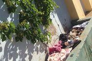 Πεταμένα ρούχα έξω από σχολικό συγκρότημα της Πάτρας