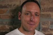 36χρονος Αμερικανός καταβρόχθισε 75 χοτ-ντογκ σε δέκα λεπτά (video)