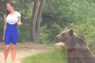 Γυναίκα ήθελε να βγάλει selfie με αρκούδα και παραλίγο να γίνει… μεζές (video)