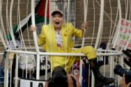 Η Vivienne Westwood ντύθηκε καναρίνι σε ένα τεράστιο κλουβί