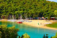 Μπέλα Βράκα - Πτήση πάνω από την εντυπωσιακή παραλία των Συβότων (video)