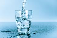 Πόσα υγρά πρέπει να πίνουμε στον καύσωνα