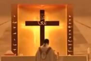 Βηρυτός: Ιερέας τρέχει να σωθεί από τα μπάζα που πέφτουν από το ταβάνι του ναού