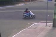 Αυτοκίνητο συγκρούεται με σκούτερ και η οδηγός πέφτει σε υπόνομο (video)