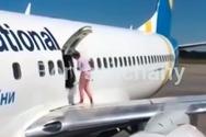 Κίεβο: Γυναίκα έκοβε βόλτες σε φτερό αεροπλάνου