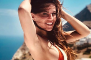Η Χριστίνα Κολέτσα ποζάρει topless και προκαλεί... εγκεφαλικά! (φωτο)