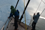 Παγόβουνο αναποδογυρίζει τη στιγμή που βρίσκονται πάνω του εξερευνητές (video)