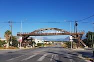 Πάτρα - Η ξύλινη γέφυρα στη συμβολή των οδών Αυστραλίας και Κανελλοπούλου, που ελλοχεύει κινδύνους