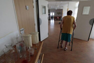 Κορωνοϊός - Έρευνα: Μετατραυματικό στρες για εργαζόμενους σε οίκους ευγηρίας