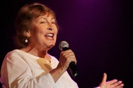 Πέθανε η διάσημη τραγουδίστρια Helen Reddy