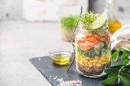 Σαλάτα σε… βάζο: H νέα τάση που κάνει τα γεύματά μας πιο υγιεινά