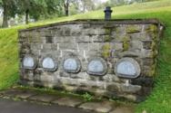 Έφτιαξαν οικογενειακό τάφο με τρόπους διαφυγής λόγω φόβου (video)