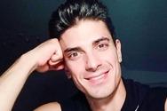 Ο Δημήτρης Γκοτσόπουλος πιτσιρικάς με εμπριμέ πουκάμισο και μαλλί «καπελάκι»
