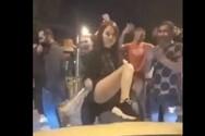 Νεαροί διασκεδάζουν στους δρόμους της Αθήνας, πριν κλείσει η εστίαση (video)
