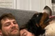 Σκύλος... αγκαλίτσας παρεμβαίνει σε ζευγάρι με ξεκαρδιστικό τρόπο