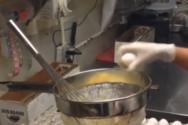 Όταν έχεις εξασκηθεί να σπας εκατοντάδες αβγά κάθε μέρα