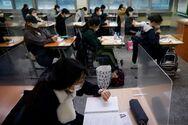 Νότια Κορέα - Κορωνοϊός: Εξετάσεις για 500.000 μαθητές πίσω από πλαστικά χωρίσματα