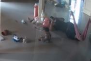 Μητέρα σώζει τελευταία στιγμή το μωρό της από δηλητηριώδη σαρανταποδαρούσα (video)