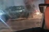 Εγκλωβισμένος οδηγός τραβάει βίντεο με ψυχραιμία κατά τη διάρκεια τρομακτικής πλημμύρας