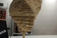 Λάτρης του Jenga στοιβάζει 1000 μπλοκ σε ένα κάθετο κομμάτι