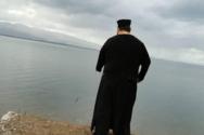 Ιερέας αγιάζει μόνος του τα νερά της Λίμνης Τριχωνίδας