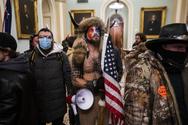 Συνελήφθη ο οπαδός του Τραμπ με τα κέρατα που εισέβαλε στο Καπιτώλιο