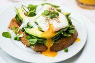 Μαγειρέψτε αβγά ποσέ με αλοιφή αβοκάντο