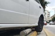 Πάτρα: Ηλικιωμένος οδηγός τα ξήλωσε όλα και «καβάλησε» το πεζοδρόμιο